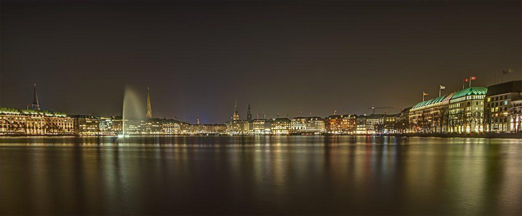 Alsterpanorama bei Nacht: wie sich die Lichter auf dem Wasser spiegeln...!