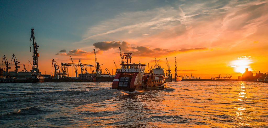 Eine von vielen Fähren auf ihrem Weg von den Landungsbrücken zum Fischmarkt