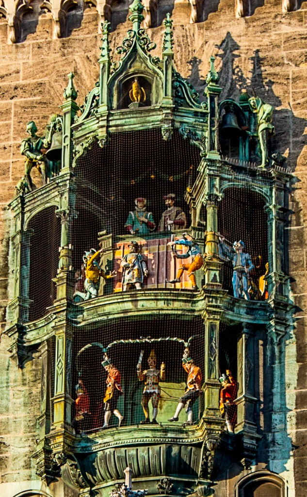 Sehr beliebter Touristenmagnet: Das Glockenspiel des neuen Rathaus erklingt jeden Tag um 11 und 12, im Sommer auch noch um 17 Uhr und lässt seine Figürchen tanzen