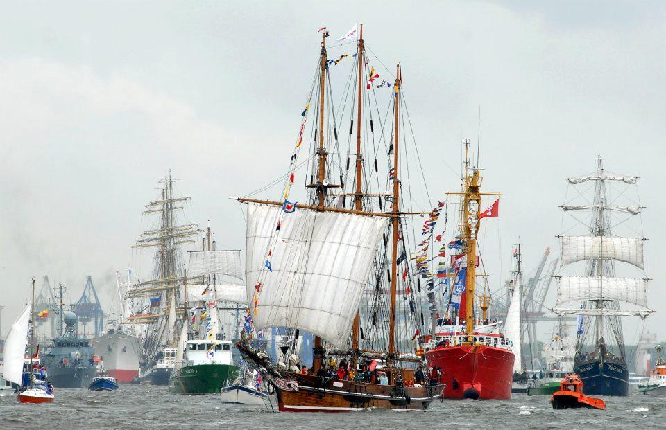 Die schönsten und geschichtsträchtigsten Schiffe fahren gemeinsam die Elbe entlang und feiern so den Hafengeburtstag