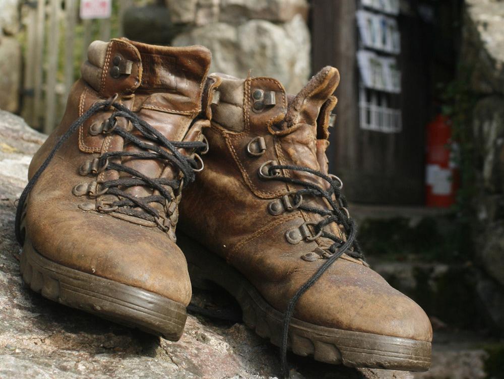 Feste Schuhe für das richtige Terrain: neben Material sollte beim Kauf vor allem auf die Sohle geachtet werden