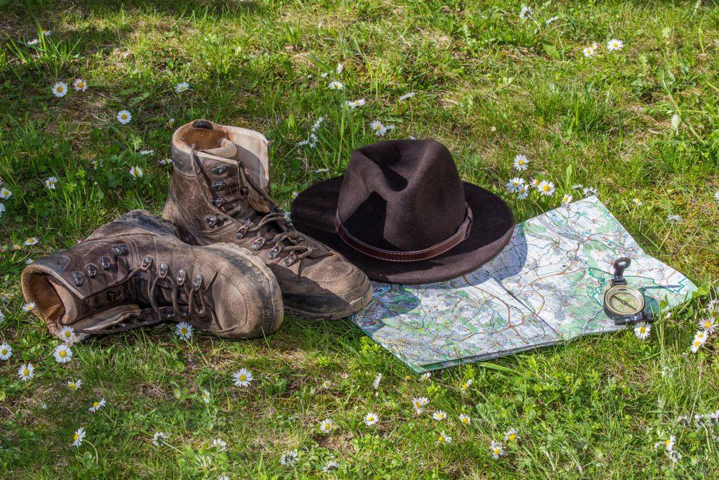 Mit Schuh, Charme und Melone: Vergesst beim Wandern nicht Euren Indiana-Jones-Hut!