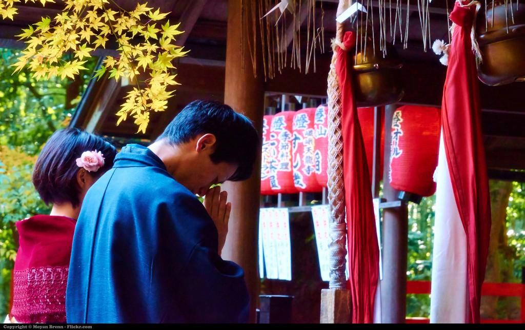 Der Glaube ist tief in der japanischen Kultur verwurzelt (japanisches Paar in traditioneller Kleidung vor einem Tempel in Kyoto)