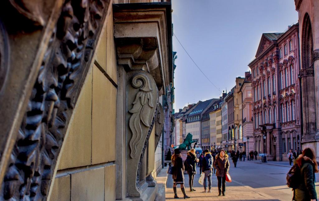 Die Residenzstraße führt am Odeonsplatz entlang zur Staatsoper