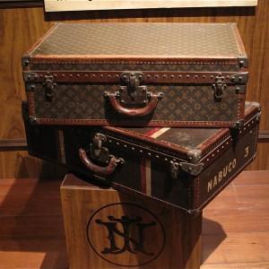 Altmodischer Koffer und großer Rucksack