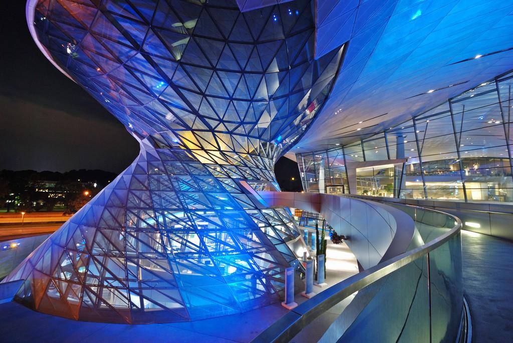 High Tech meets High Design: BMW Welt bei Nacht