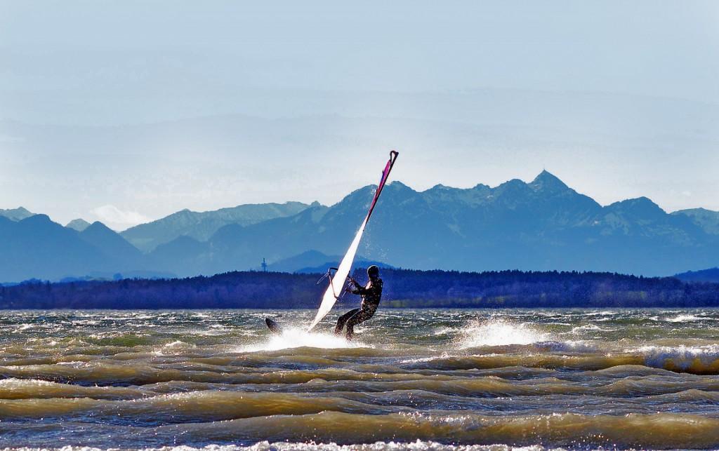 Da kitzelt's jeden Wassersportler: Windsurfen, Kiten oder Segeln geht alles auf dem Chiemsee