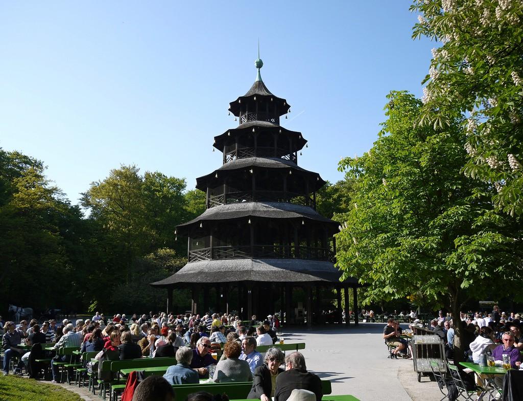 Im Sommer zu jeder Tageszeit überfüllt: der Chinesische Turm mitten im Englischen Garten
