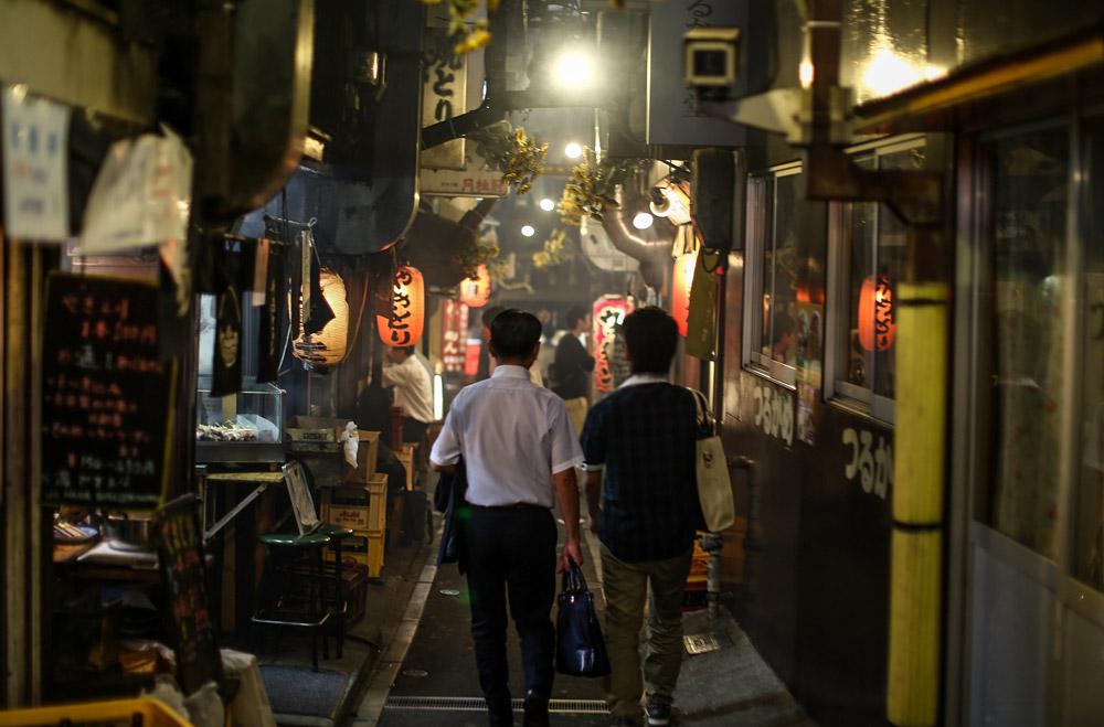 Zwei Japaner in einer Restaurantgasse