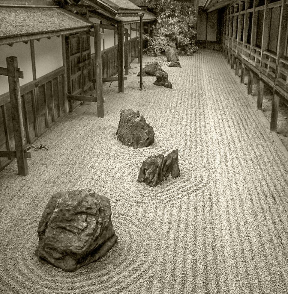 Akkurate Repräsentation japanischer Tugenden: Ordnung, Disziplin, Bescheidenheit und Ruhe machen den Zauber japanischer Steingärten aus